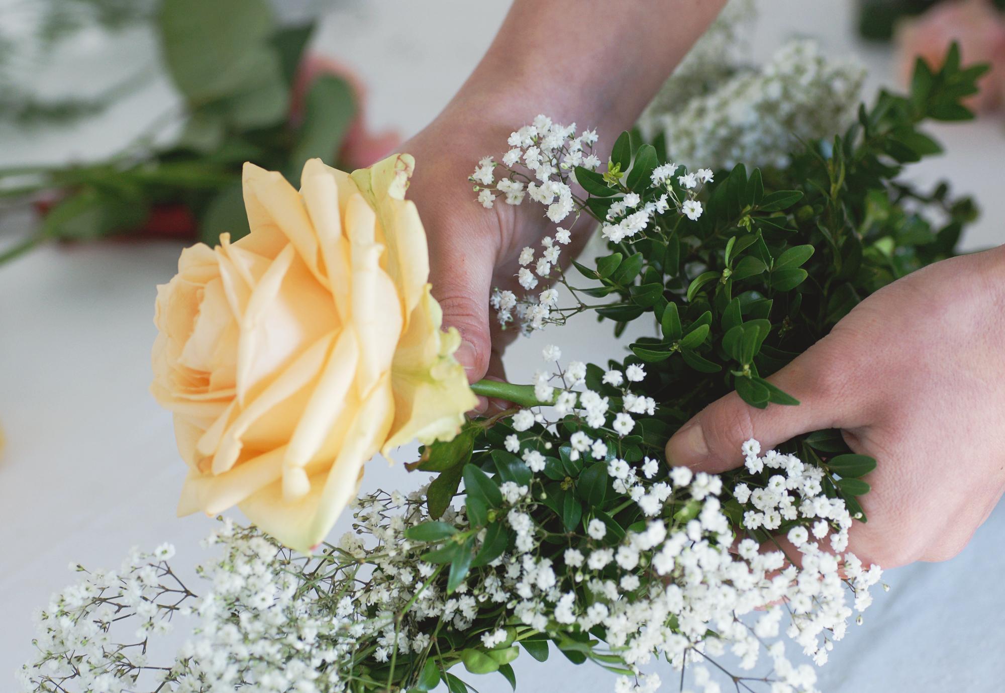 Stuhlgirlanden selber binden - Blumen einarbeiten